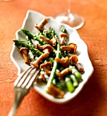 Green asparagus with chanterelles and cumin