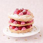 Mille-Feuille aus Baiser mit rosa Sahne und Himbeeren