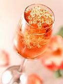 Leicht moussierender Roséwein mit Perlen