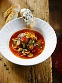 Tomaten-Gemüse-Suppe auf italienische Art, Brot mit Schimmelkäse