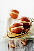 Whoopies mit Petit-Breton-Käse und Nordseegarnelen mit Kari-Gosse-Gewürzmischung