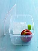 Apfel und Wasserflasche in einer Lunch Box