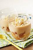 Kaffee-Nugat-Cremedessert mit weissen Schokoraspeln
