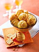 Käsecracker und Brandteigbällchen mit Käse