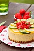Zitronen-Limonen-Cheesecake mit Erdbeeren