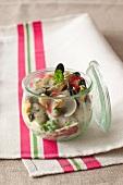 Muschel-Erbsen-Salat, im Glas serviert