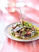 Sardinenfilets mariniert mit Olivenöl, Knoblauch, Kräutern und rosa Pfefferbeeren