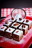 Browniewürfel mit Trockenfrüchten und Puderzucker