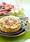 Cuscuz Paulista (Brasilianisches Mais-Maniok-Gericht mit Gemüse, hartgekochten Eiern und Garnelen)