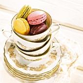 Porzellantasse mit bunten Macarons gefüllt