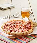 Pizza mit Schinken und Chorizo-Paprikawurst