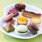Verschiedene süsse Köstlichkeiten (Macarons, Eclair, Madeleines, etc.)