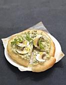 Pizza mit Ricotta, Rucola und Champignons