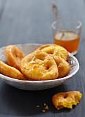 Sopaipillas (Kürbisgebäck aus Südamerika) mit Honig-Orangen-Zuckersirup