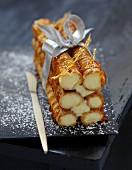 Bûche trop chou (Weihnachtskuchen aus Brandteigröllchen mit Vanillecreme und Karamell, Frankreich)