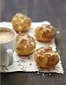 Chouquettes (französisches Kleingebäck) mit einer Tasse Kaffee