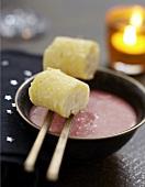 Süsse Maki -Sushis aus Ananas und Kokosmilchreis mit Erdbeersuppe