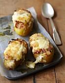 Gefüllte Kartoffel mit Zwiebeln und Babybel