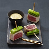 Half-cooked tuna and leek Yakitoris with miso sauce