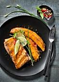 Karamellisierte Schweinerippchen mit Limette und Kochbananen