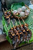 Geräucherter Fisch am Spiess mit Dip in der Tüte (Bangkok)