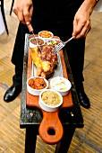 Kellner tranchiert Fleisch im Restaurant La Cabrera in Buenos Aires