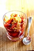 Kekskrümel mit Erdbeeren und Auxerre-Rotwein, im Gläschen serviert