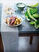 Zutaten für Caesar Salad auf einem Küchentisch