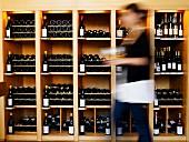 Weinregale mit Weinflaschen aus den Arboiser Weinbergen