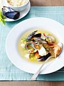 Kabeljausuppe mit Muscheln, Krustentieren und Gemüse