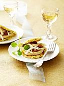 Kartoffelrösti Surprise mit Foie Gras, Fenchel und zerstossenen Kastanien mit Kakao