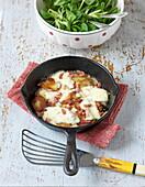 Truffade (Kartoffelpfanne mit Speck und Käse, Auvergne) mit Feldsalat