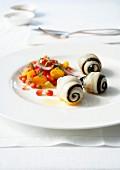 Rotzungenröllchen mit Algen, Zitrusfruchtsalat mit Granatapfel