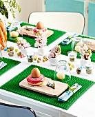 Ostertisch mit grünen Rasen-Tischsets