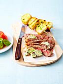 Gegrilltes, irishes Sirloinsteak mit Anchovisbutter und Kartoffelspiesschen