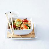 Asiatische Garnelen-Gemüse-Pfanne mit einem Schälchen Reis