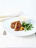 Gegrilltes Lammfleisch mit Apfelchutney und grünen Bohnen