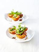 Ziegenkäse mit gegrillten Aprikosen und Pinienkernen