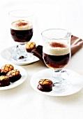 Irish Coffee mit kleinen Schokokeksen