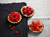 Trio von Amandine-Törtchen mit roten Beeren