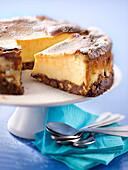 Angeschnittener Cheesecake mit Keksboden