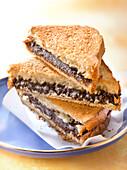 Brioche-Sandwichs mit Schokocreme gestapelt