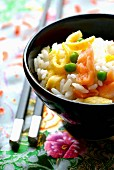 Vinaigar-flavored rice with salmon, omelette and peas