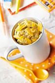 Mimolette-Käse-Rucola-Küchlein, in der Tasse gebacken