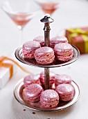 Schillernde Macarons aus Rosé-Sekt und Himbeeren