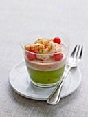 Guacamole, Cocktailsauce und marinierte Garnelen, im Glas serviert