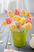 Macarons-Lollies in Form von Osterhasen, Küken und Ostereiern
