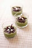 Kalte Brokkoli-Cremesuppe mit Brebis-Schafskäse und Lappentang, in Gläsern serviert