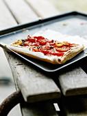 Dünne Tarte mit Tomaten und Ziegenkäse