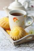 Küchlein mit Lemon Curd und Tasse Tee